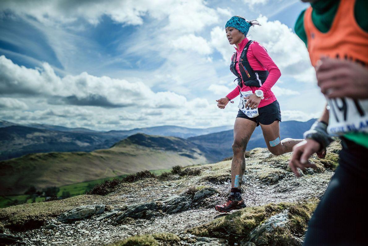 Imagem da atleta Mira Rai em competição numa corrida no Reino Unido.