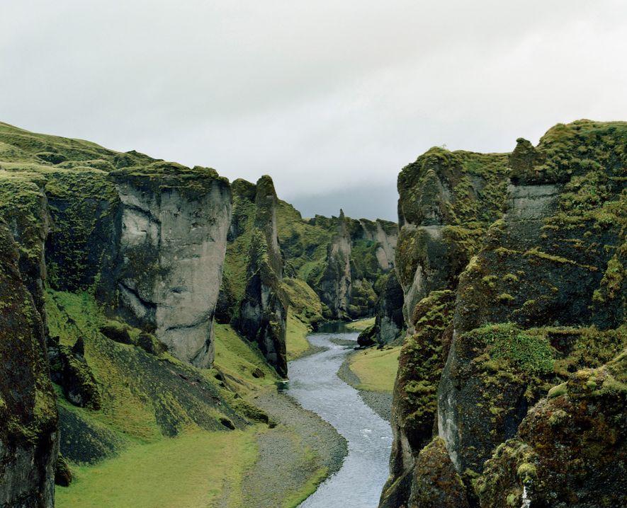 DESFILADEIRO FJAÐRÁRGLJÚFUR, SUL DA ISLÂNDIA - Acredita-se que as enormes e íngremes paredes do Desfiladeiro Fjaðrárgljúfur ...