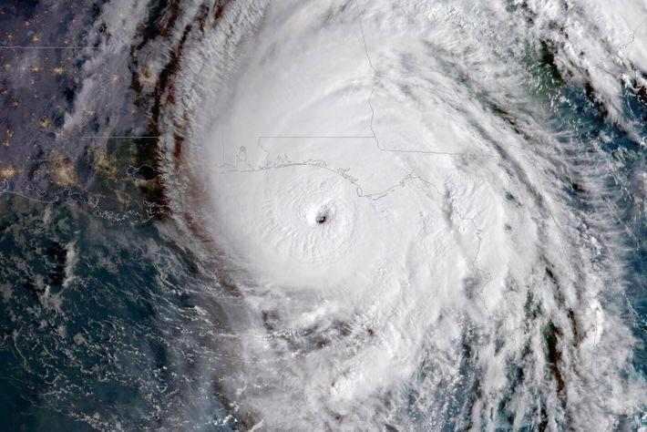 Em 2018, o furacão Michael, visto aqui em tempestade de Categoria 4, provocou danos estimados em ...