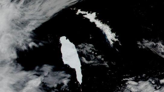 Imagens de satélite captadas no dia 14 de dezembro mostram o icebergue antártico A-68A (à esquerda) ...