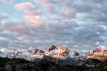 O nascer do sol aquece os Picos da Europa, parte da Cordilheira Cantábrica que separa as ...