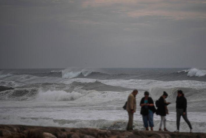 Ondas do furacão Leslie fustigam a costa portuguesa perto de Lisboa, no dia 13 de outubro ...