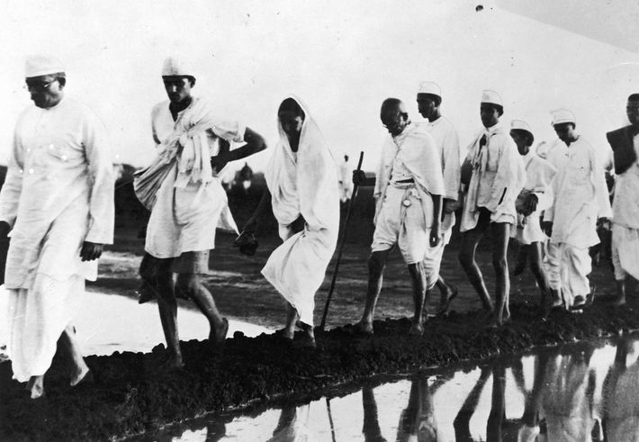 Mahatma Gandhi e os seus seguidores marcharam 390 quilómetros ao longo da costa oeste de Gujarat, ...