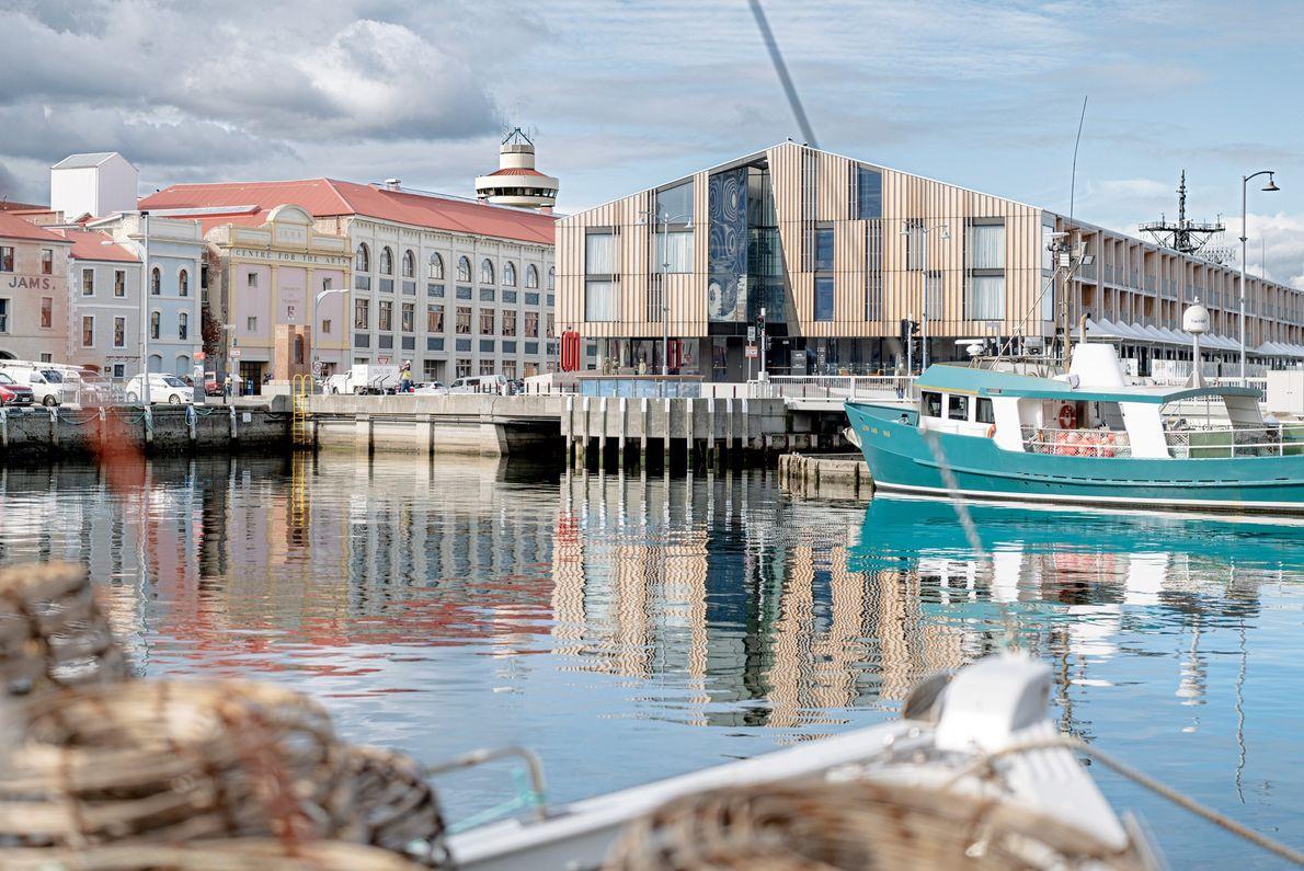 O porto de Hobart está rodeado de novos hotéis de luxo à beira-mar, como o MACq01, ...