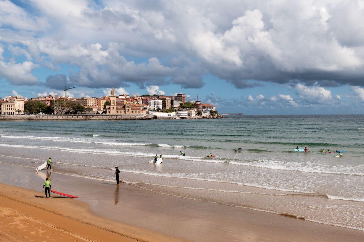 Uma aula de surf nas ondas tranquilas da Playa de San Lorenzo, o orgulho da cidade ...
