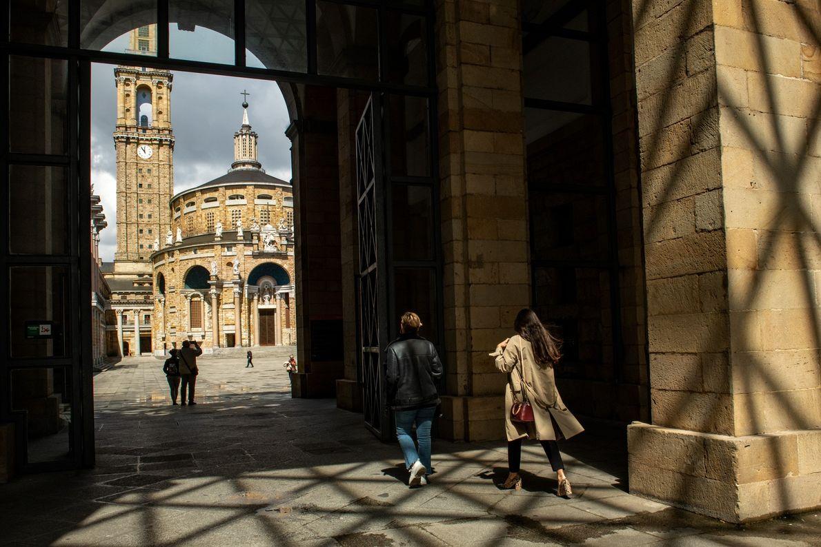 Uma entrada em forma de arco enquadra a La Laboral de Gijón, um complexo cultural com ...