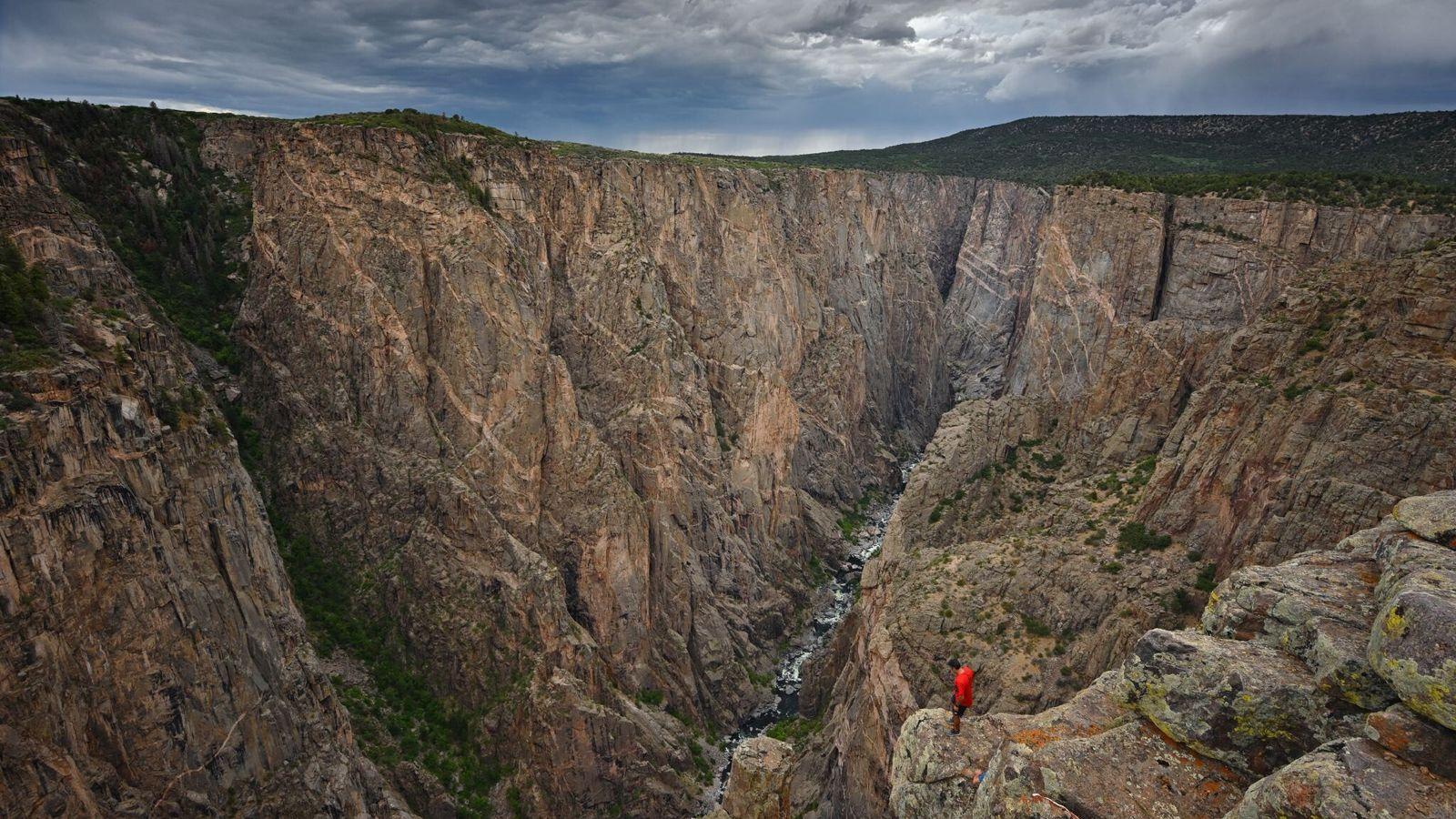 As rochas metamórficas do Black Canyon – incrustadas com faixas de granito rosa – têm quase ...