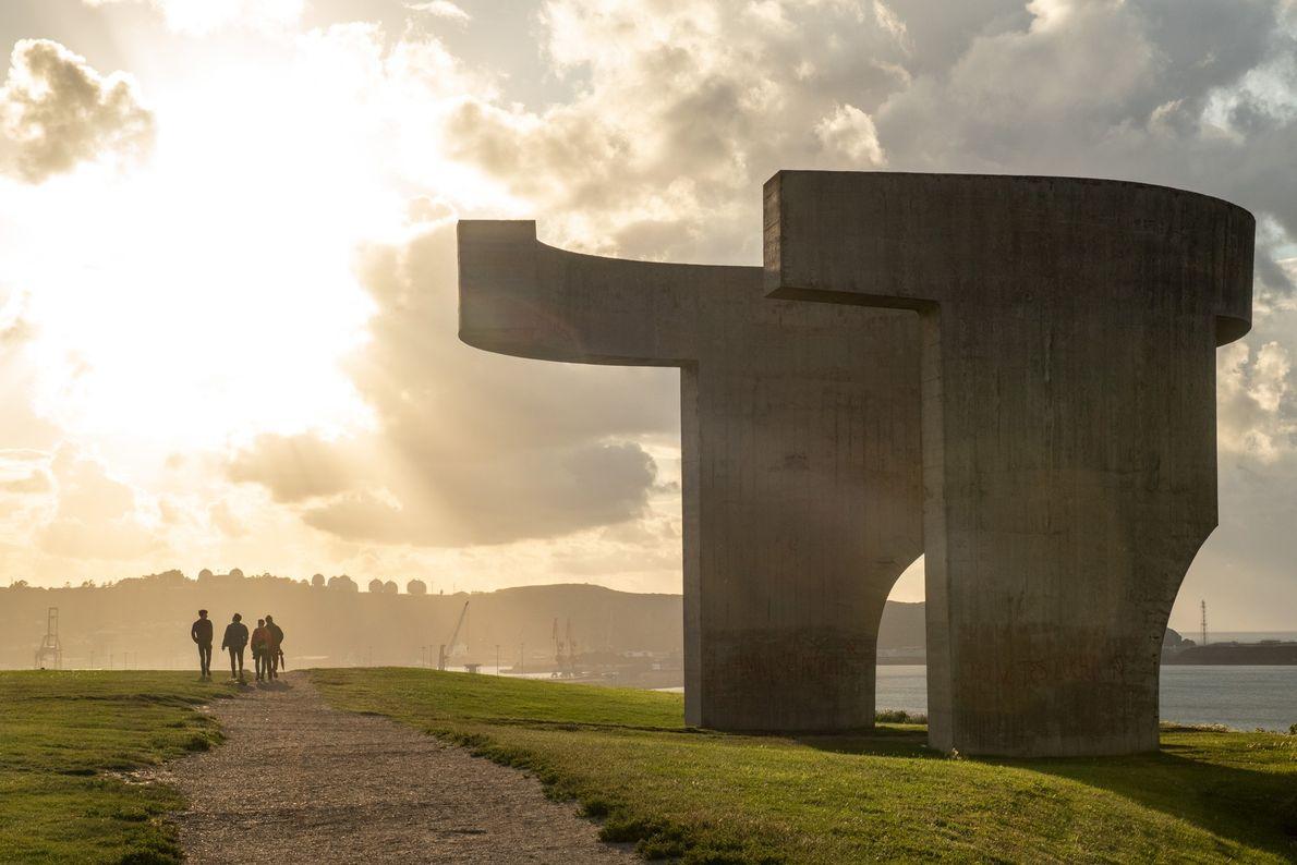"""Em Gijón, o sol do final de tarde brilha sobre a escultura """"Elogio del Horizonte"""" de ..."""