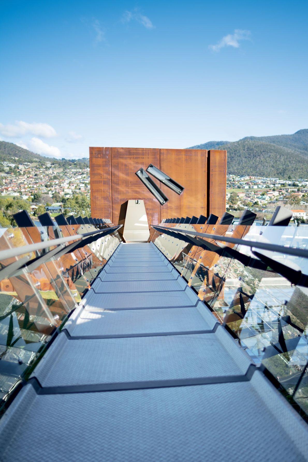 Localizado a montante do rio Derwent, a partir de Hobart, o MONA tem instalações impressionantes, como ...