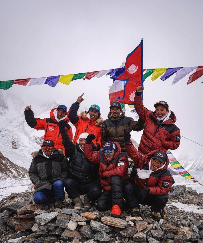 Nirmal Purja e uma equipa de alpinistas nepaleses celebram após chegarem ao topo do K2 no ...