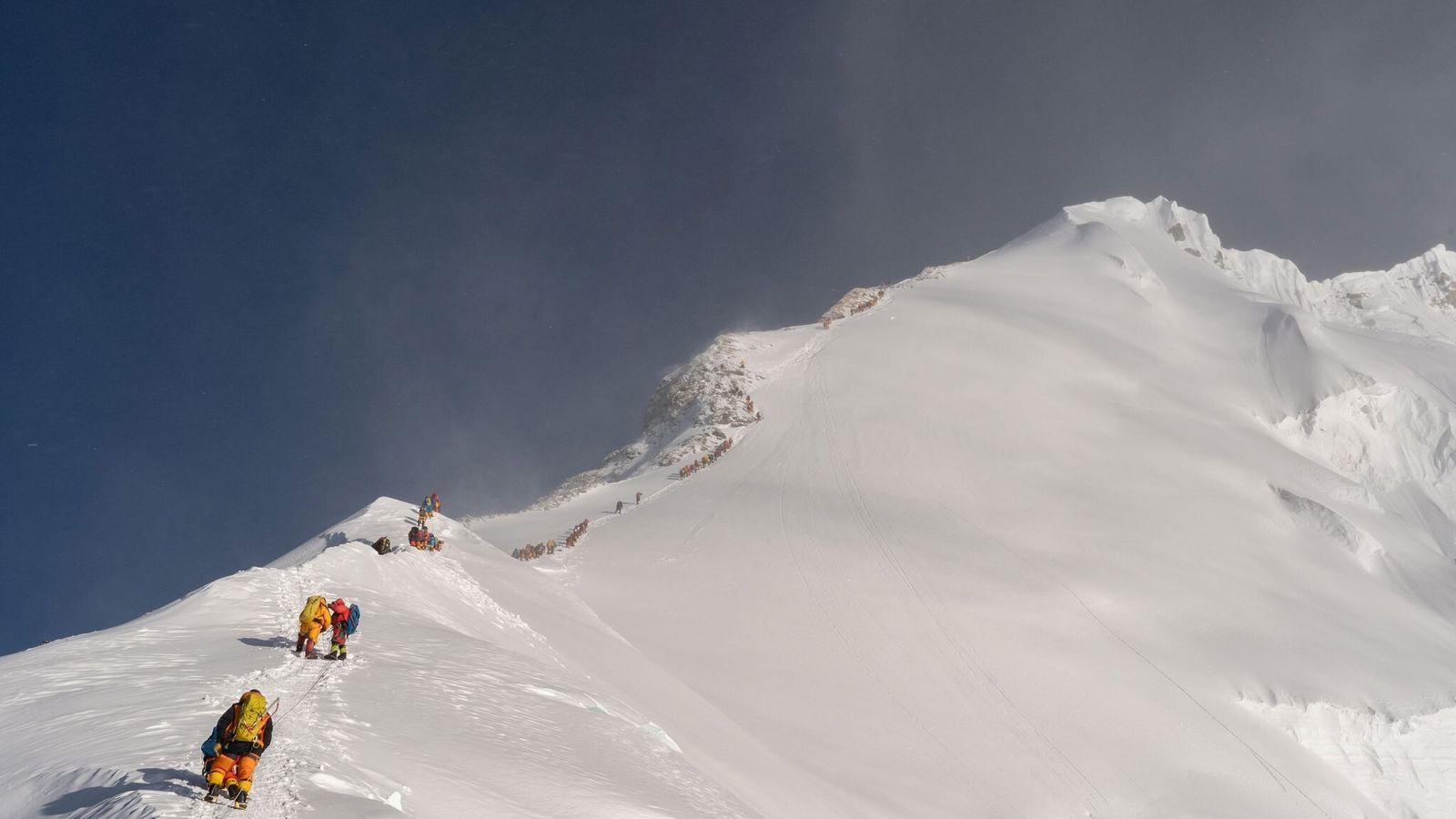 Em maio de 2019, alpinistas aguardavam na fila de espera para chegar ao topo do Monte ...