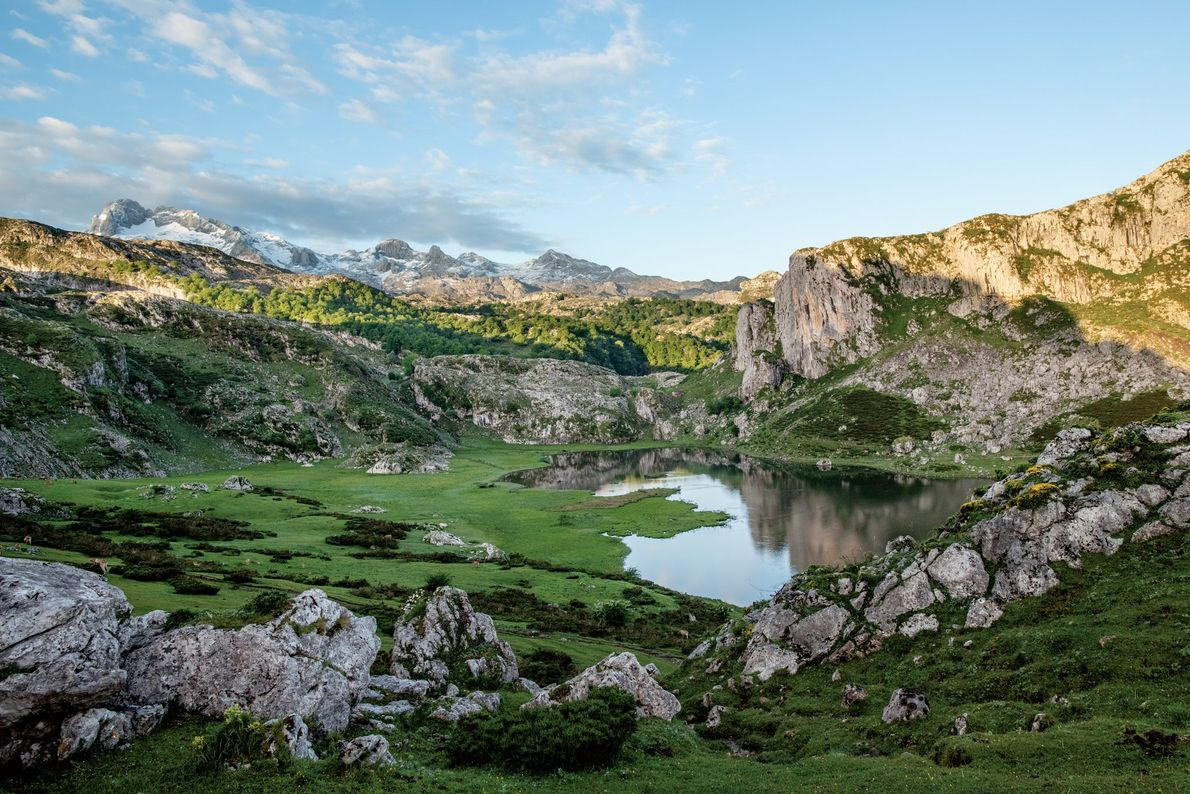 O Lago Ercina é um dos dois lagos glaciares nos Picos da Europa, no primeiro parque ...