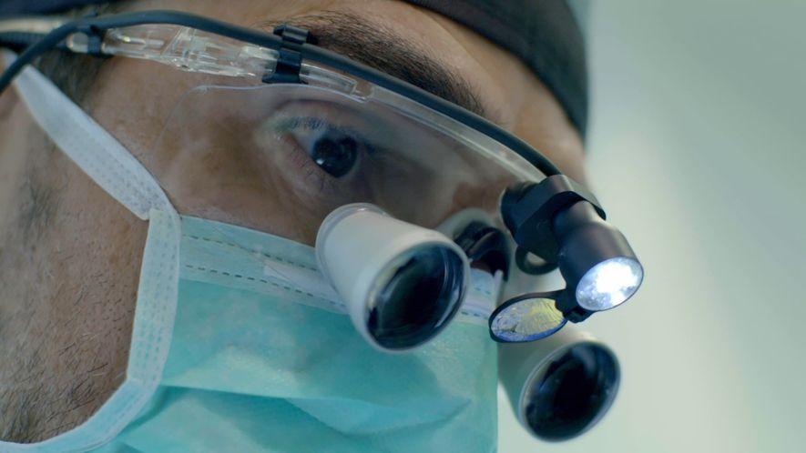 Fotografia do Médico Dentista Miguel Stanley, no documentário 'O Futuro do Sorriso com Dr. Miguel Stanley'.