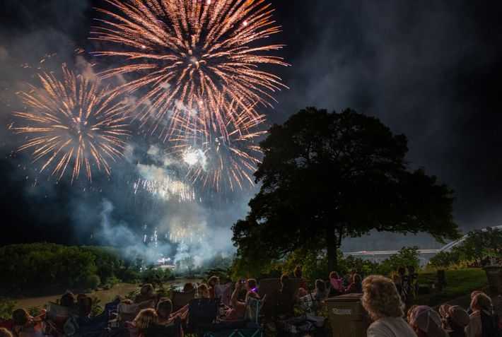 Fogo de artifício durante o Festival Amelia Earhart, em Atchison, no Kansas, com as pessoas a ...