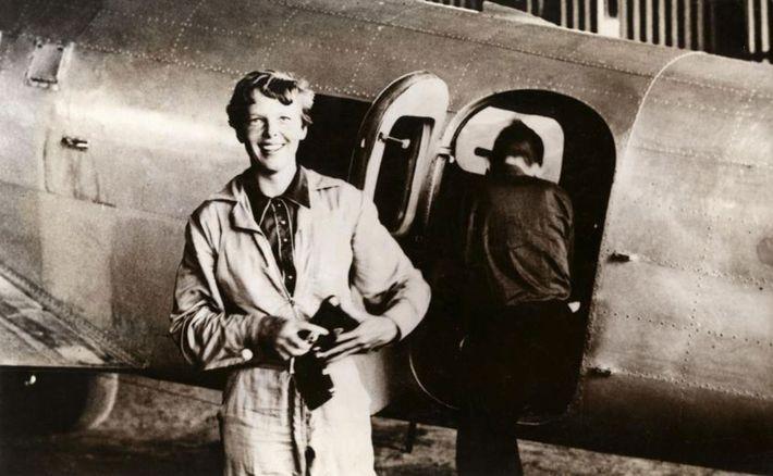Amelia Earhart junto ao seu Lockheed Electra, no aeroporto de Parnamirim, no Brasil, em junho de ...