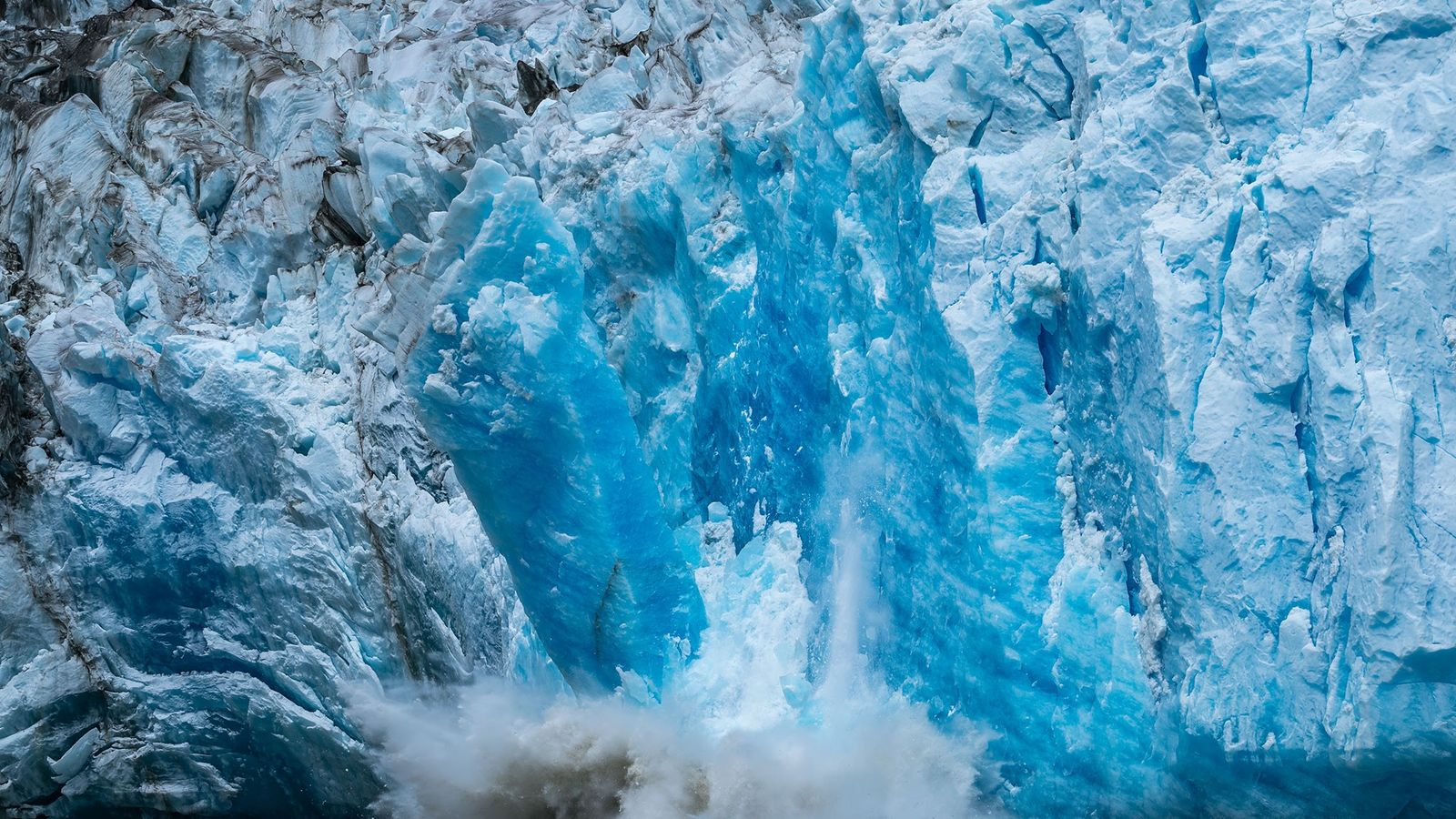 Massa de gelo desprende-se do glaciar Mendenhall em Juneau, no Alasca