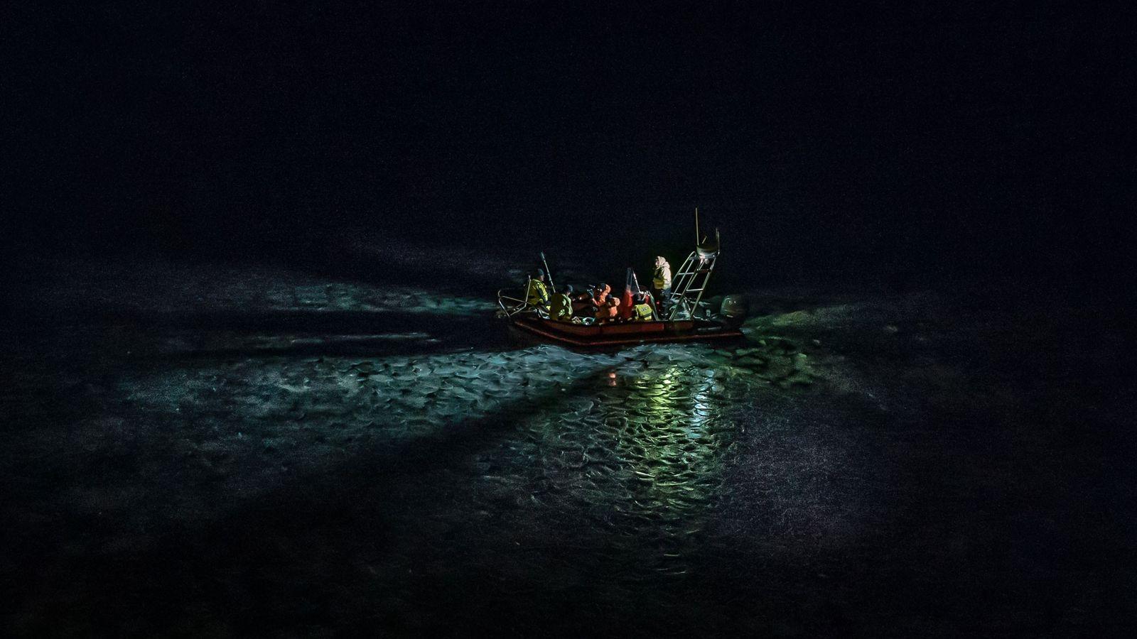 Uma embarcação de investigação leva uma equipa de cientistas do Ártico através do gelo, a norte ...