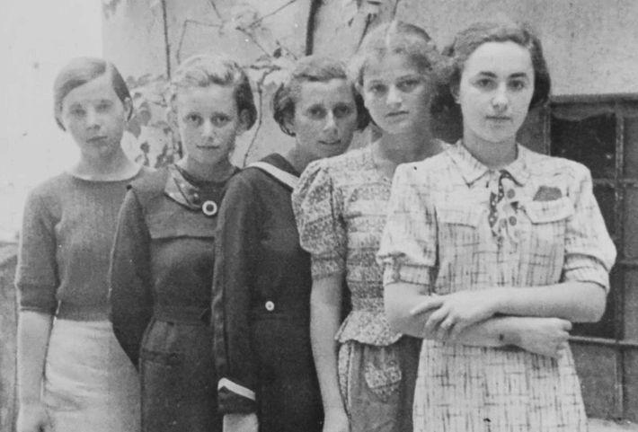 Sabe-se que duas das cinco raparigas nesta fotografia – tirada em Humenné, na Eslováquia, em 1936 ...