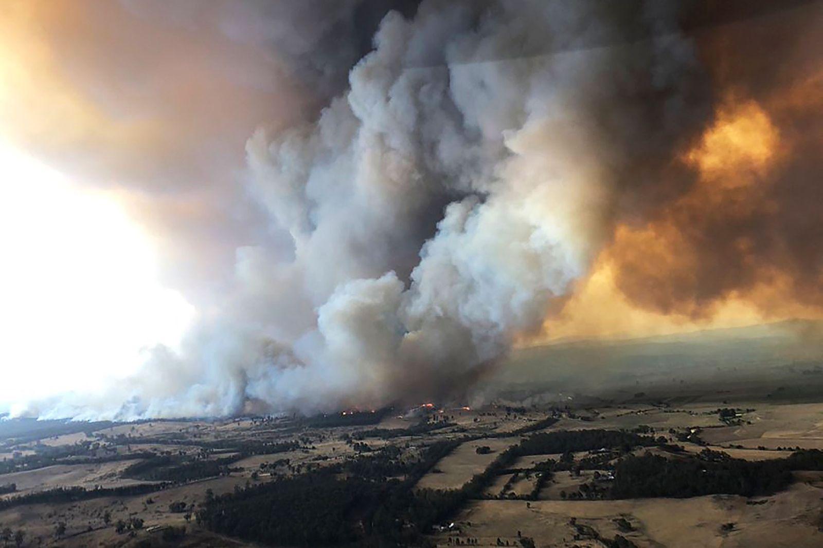 No dia 30 de dezembro de 2019, em Bairnsdale, na Austrália, os incêndios florestais libertaram esta ...