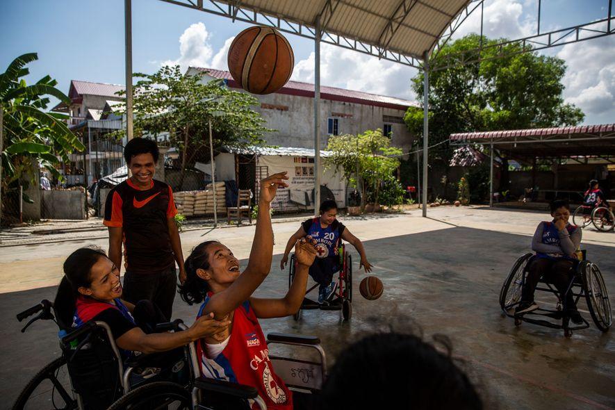 Membros da seleção nacional feminina de basquetebol em cadeira de rodas do Camboja a treinar no ...