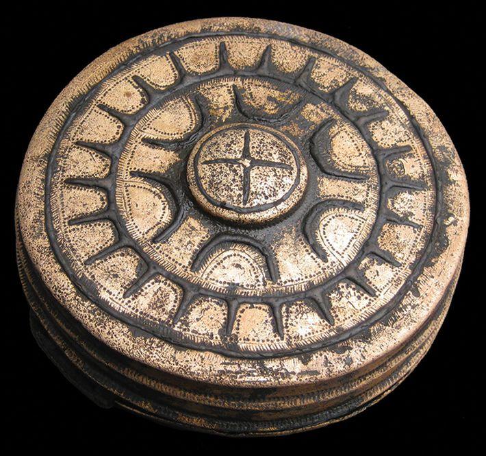 Um recipiente ornamentado com estrelas, que supostamente era usado num cinto, é um dos 31 objetos ...