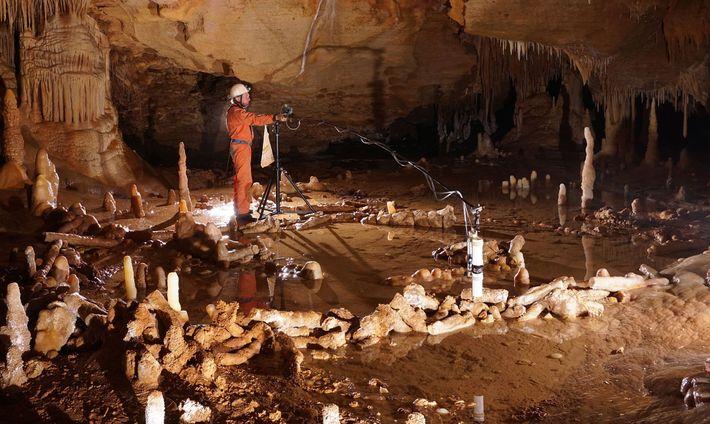 Na Caverna Bruniquel, em França, um trabalhador faz medições nos anéis de pedra que podem ter ...