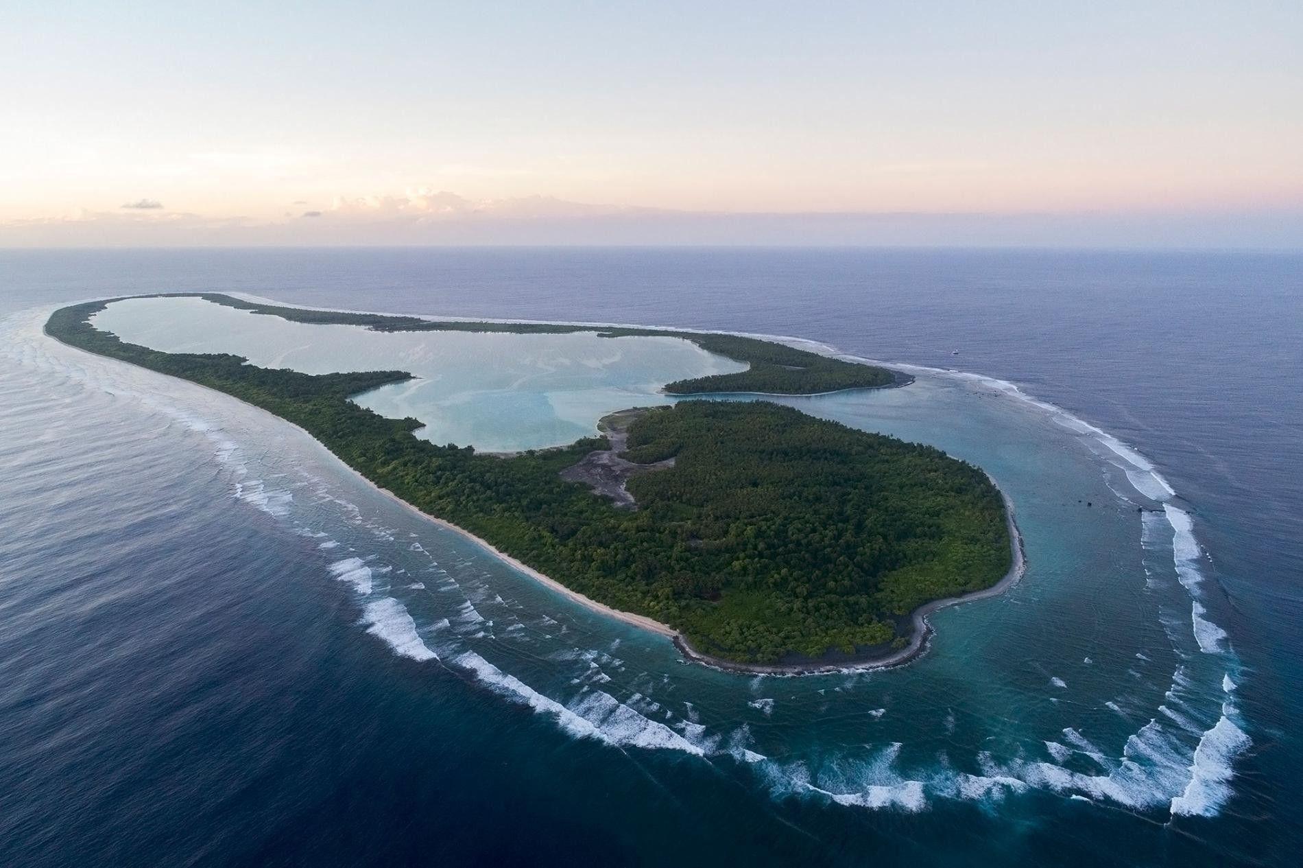 Uma vista aérea da ilha Nikumaroro, na República de Kiribati. Uma das teorias afirma que Amelia Earhart aterrou de emergência nesta ilha repleta de caranguejos-dos-coqueiros.