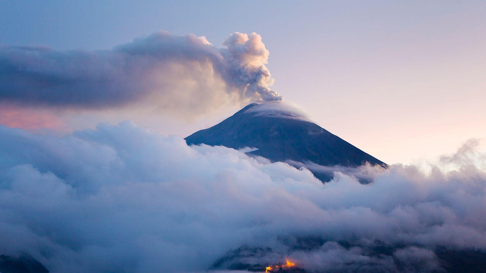 O vulcão Tungurahua em erupção. Uma das formas pela qual a Terra devolve o seu carbono ...