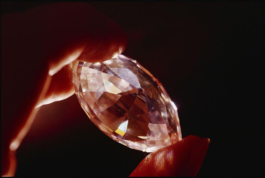 Um diamante de nove quilates a brilhar sob a luz. Apesar destes diamantes grandes e claros ...