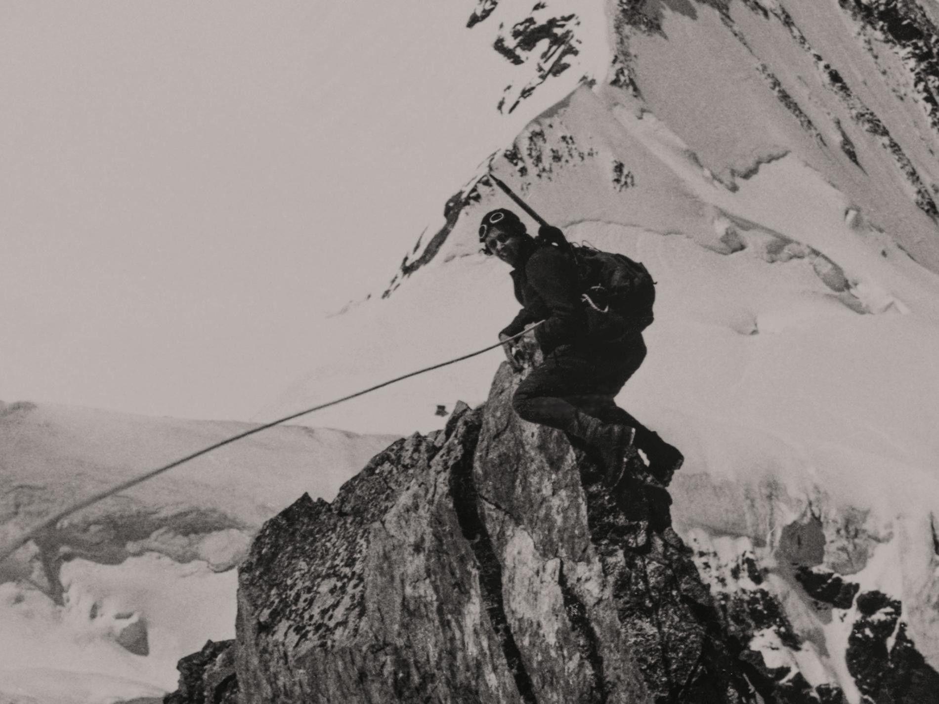 Micheline Morin posa para uma fotografia tirada pela companheira de alpinismo Miriam O'Brien.