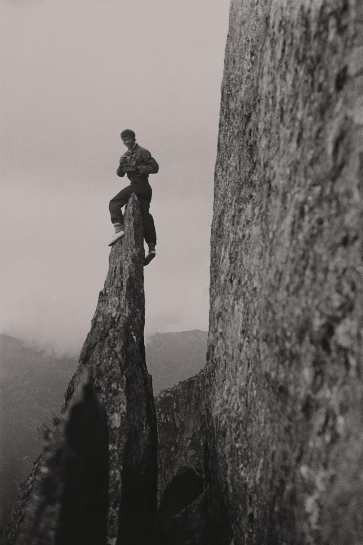 Miriam O'Brien apoia-se sobre o pináculo de uma formação rochosa em Chamonix Aiguilles.