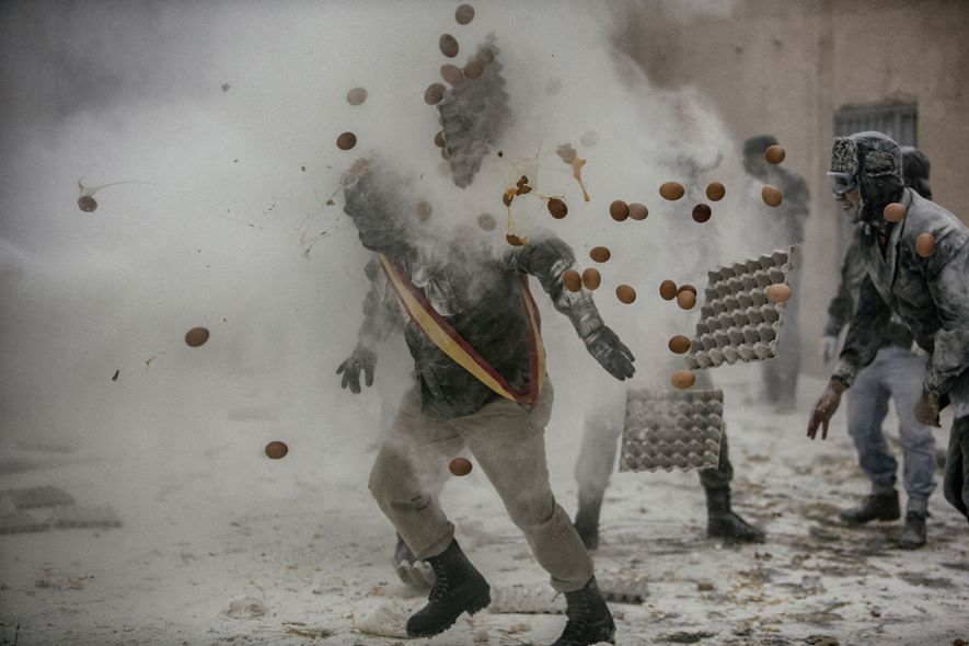 Nesta Cidade, as Armas de Guerra São Farinha e Ovos
