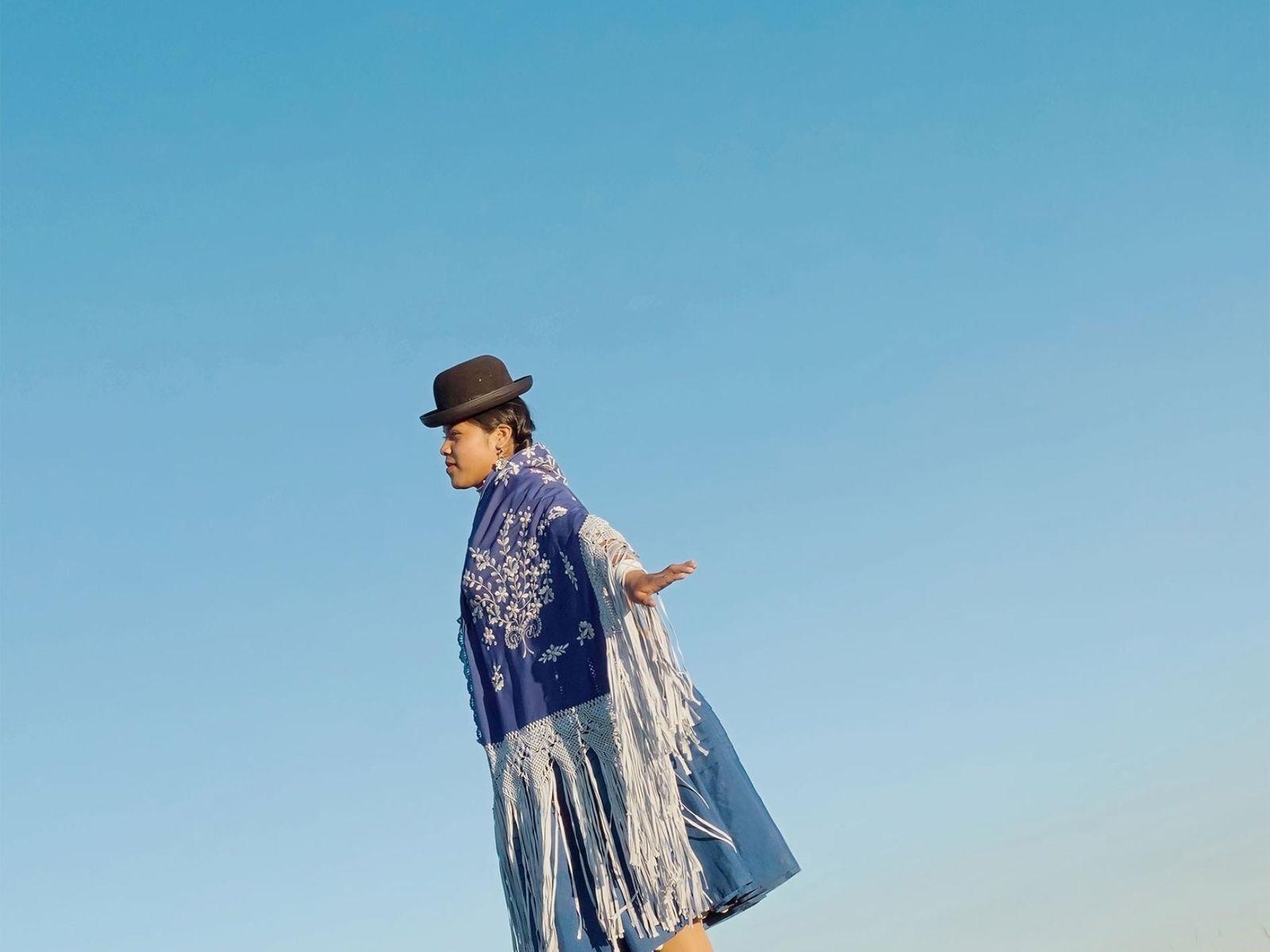 Noelia, uma lutadora de 19 anos, posa para a fotografia com o traje tradicional de cholita.