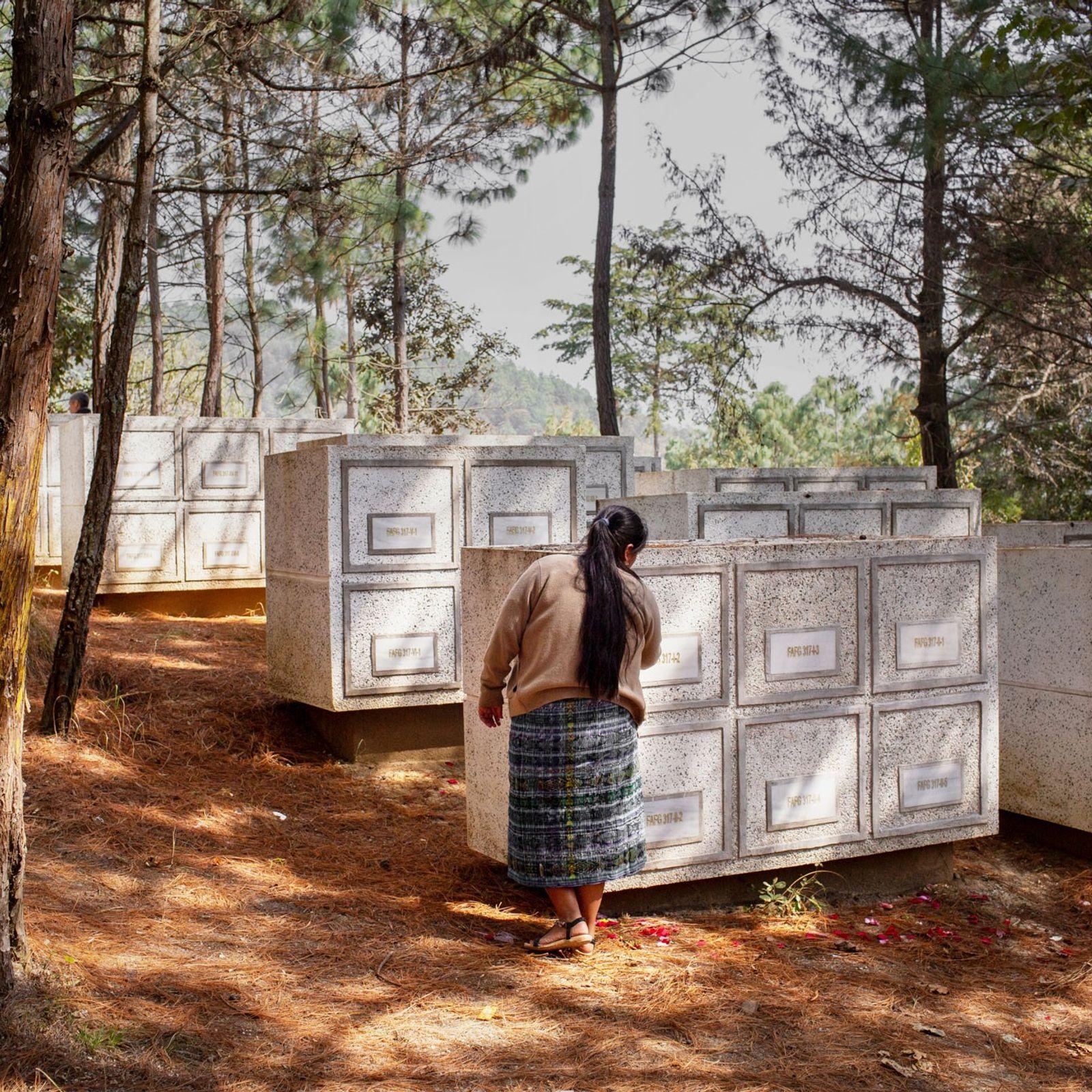 Um memorial construído numa antiga zona militar, chamada Comalapa, contém os ossos de 172 esqueletos não ...