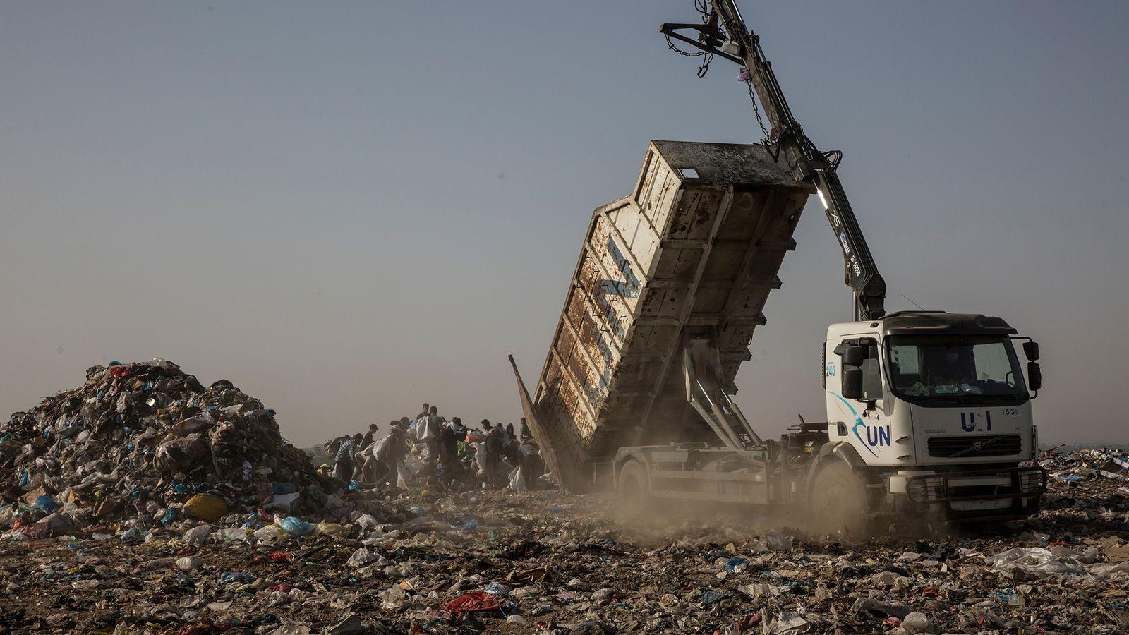 Um camião da ONU despeja lixo no aterro de Juhor al-Deek, a sudeste da cidade de ...