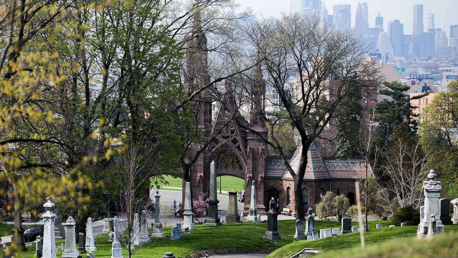 Em Nova Iorque, o Cemitério Green-Wood tem 7000 árvores de mais de 700 espécies diferentes, tornando-o ...