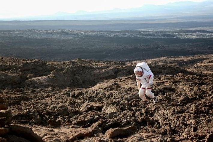 Foto de astronauta a simular estar em Marte