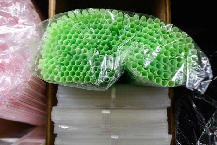 Numa loja em Hong Kong, as palhinhas de plástico são acondicionadas em invólucros de plástico.