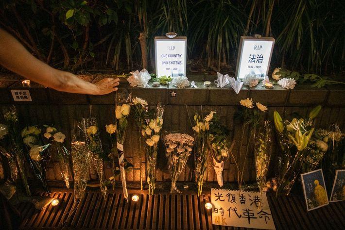 Em julho, em Hong Kong, uma mulher prestava a sua homenagem num memorial improvisado para Marcus ...