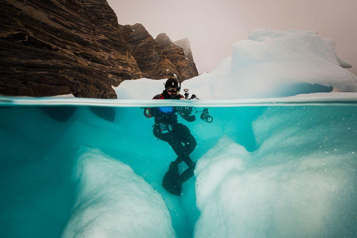 Jennifer Hayes a trabalhar no jardim de icebergues perto de Red Island no Fiorde Scoresbysund, na ...