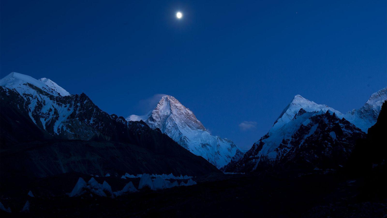 Lua cheia ilumina o K2