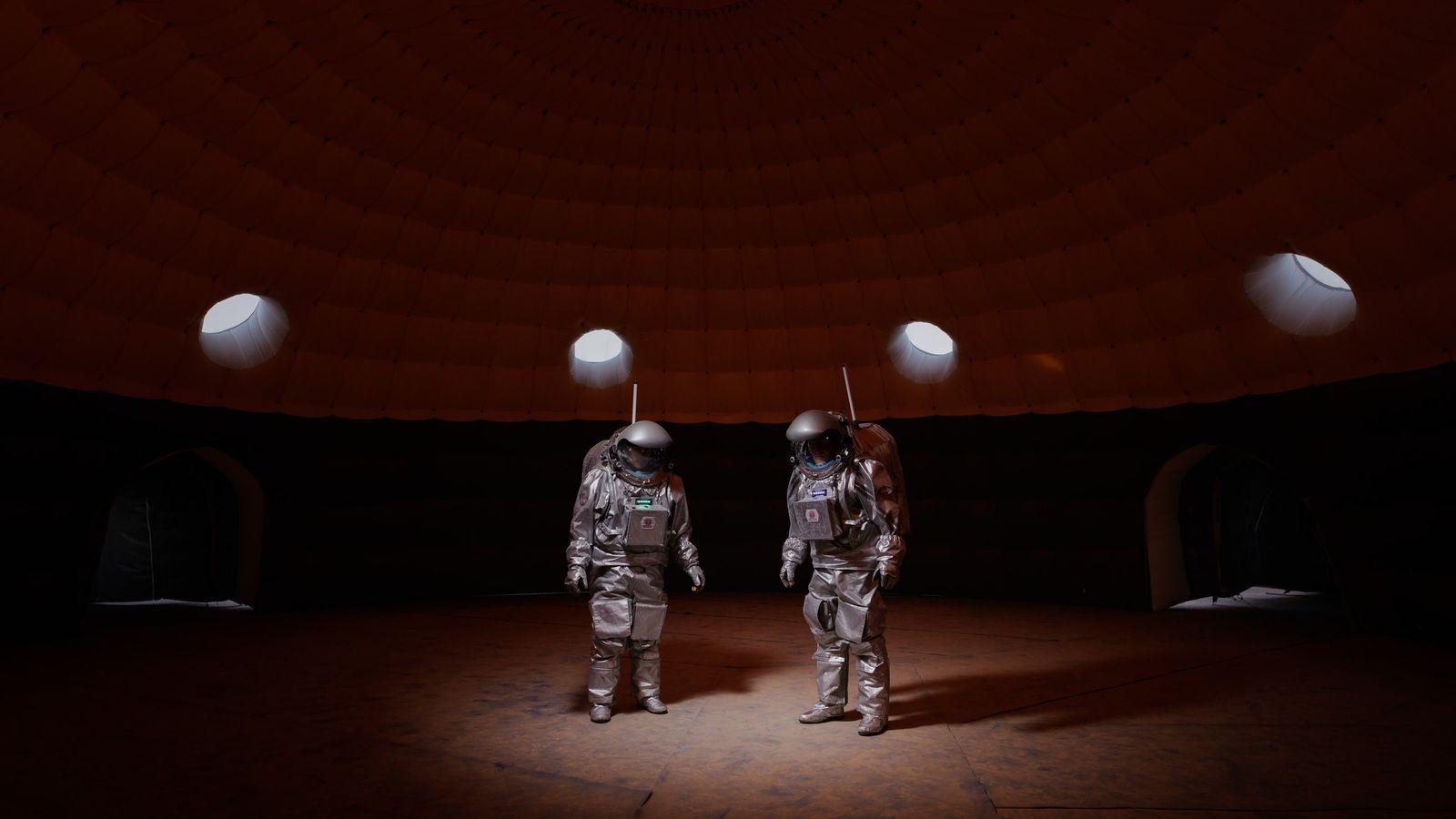 Membros da tripulação, dentro do módulo de habitat da Estação Kepler