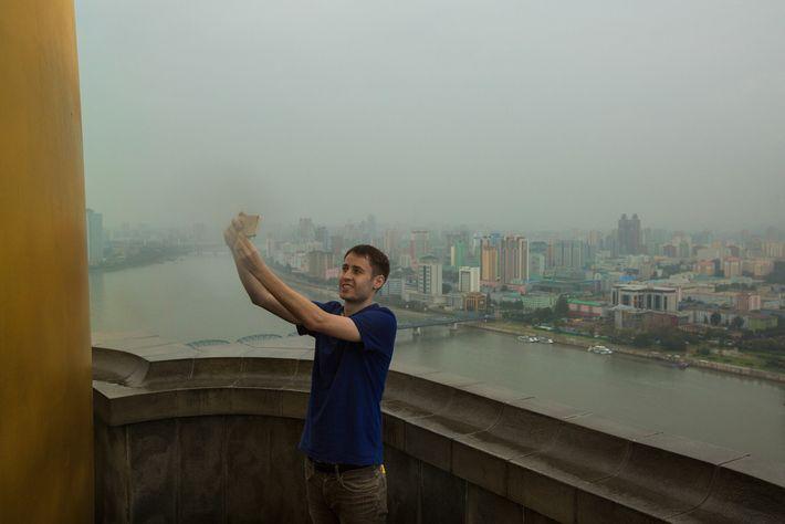 Turista tira uma selfie do topo da Torre Juche, em Pyongyang
