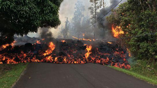 As escoadas de lava dos vulcões havaianos.