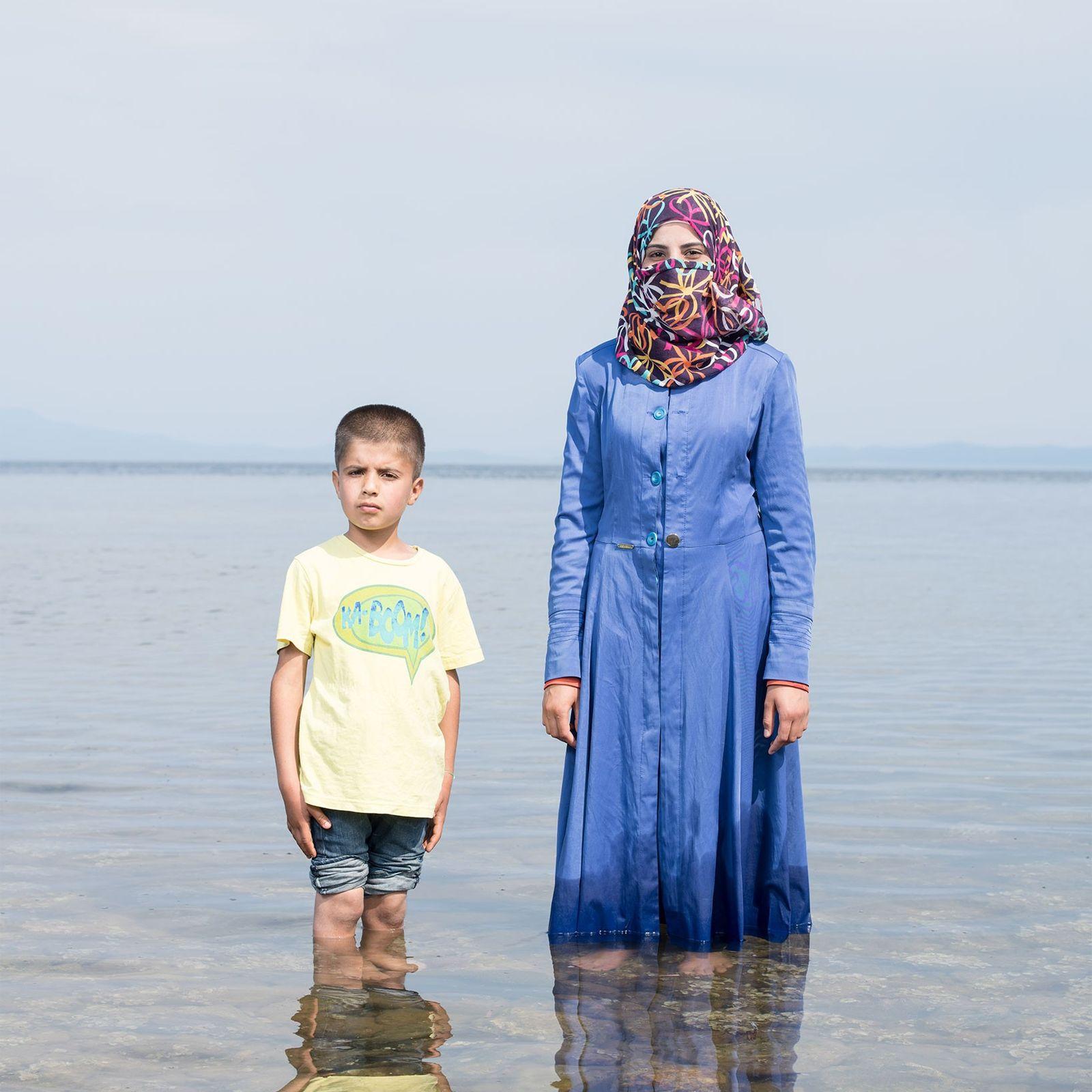 Kafa Al Nayaf, de 19 anos, e o sobrinho.