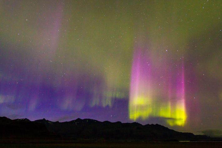 Pilares de luz numa aurora boreal