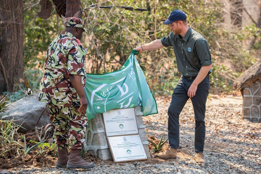 Durante a visita real, o príncipe Harry revelou as placas que designam o Parque Nacional de ...