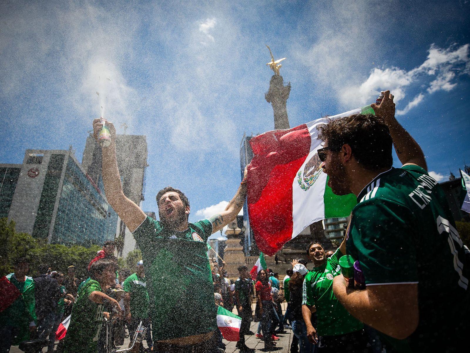 Adeptos celebram a vitória do México.