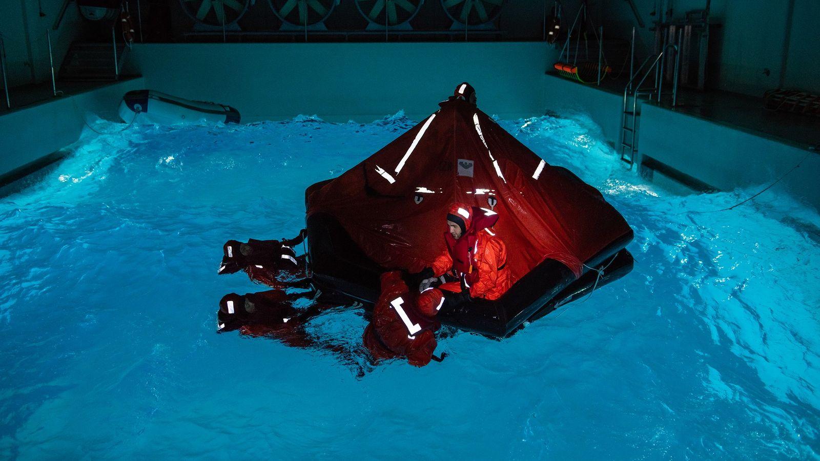 Na Alemanha, uma tempestade ventosa é simulada na escuridão de uma piscina de treino. Para a ...
