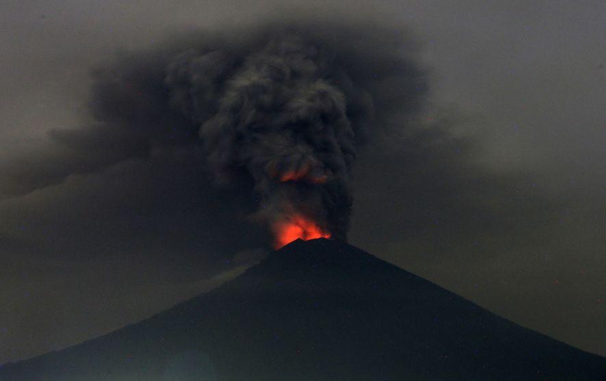 Uma vista do Monte Agung em erupção na passada segunda-feira, em Bali, Indonésia. As autoridades indonésias ...